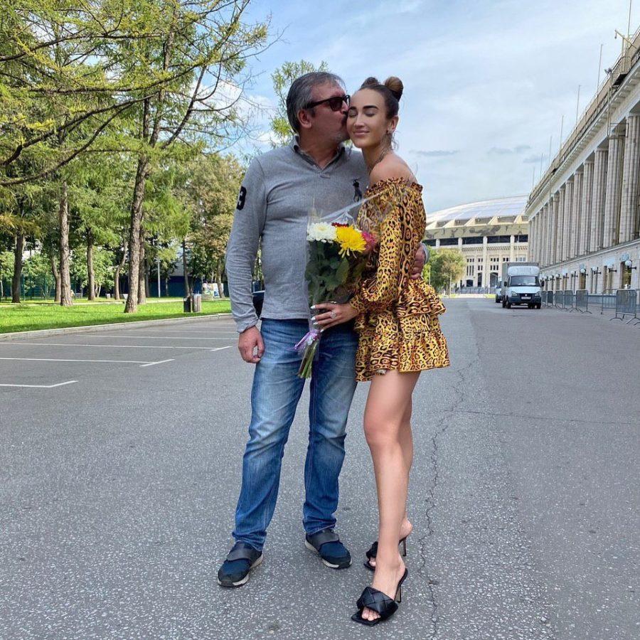 Ольга Бузова показала фото со своим отцом Игорем