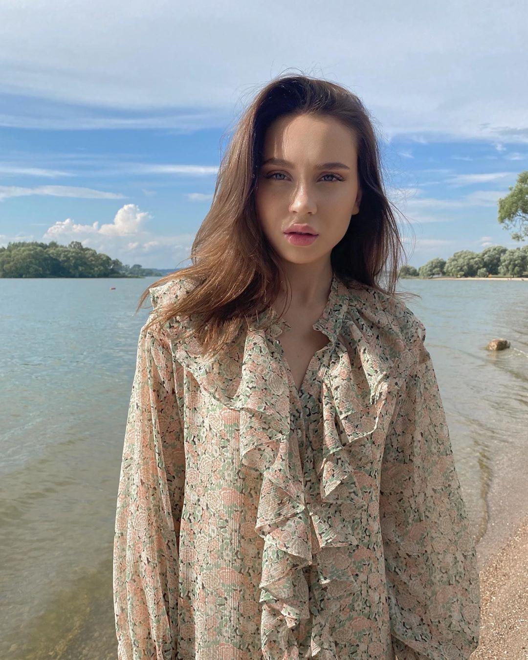 Юля Годунова выпустила летнюю песню и клип «Африка»