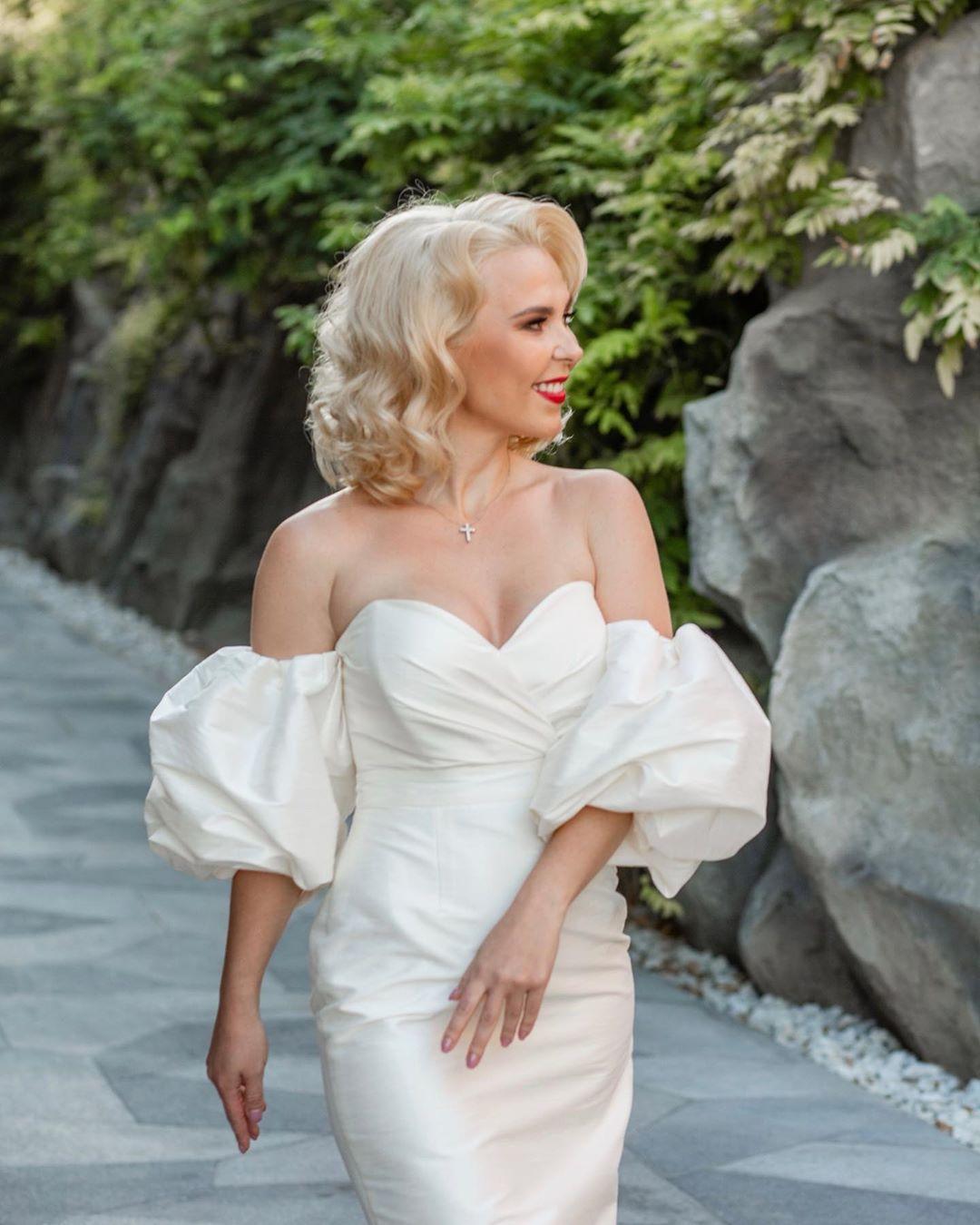 Пелагея в красивом белом платье