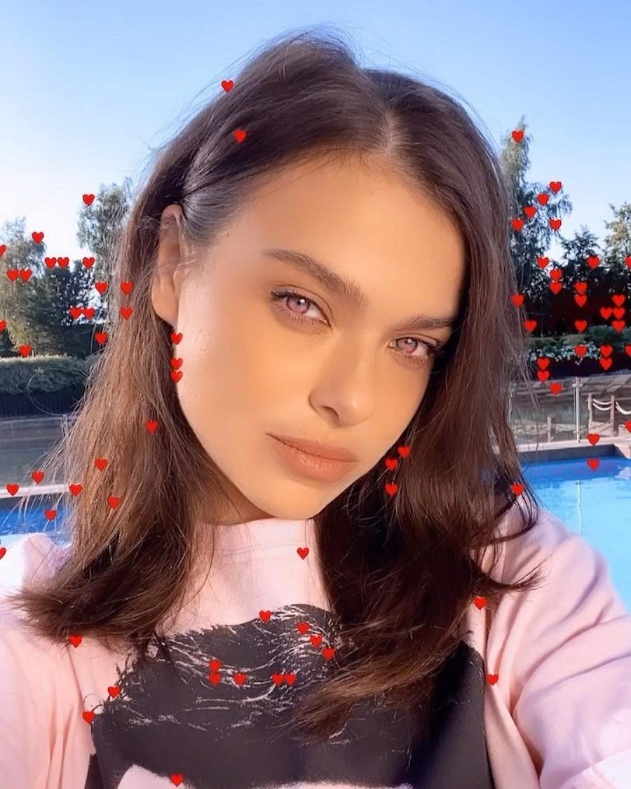 Елена Темникова выпустила песню «Как на фантиках Love Is»