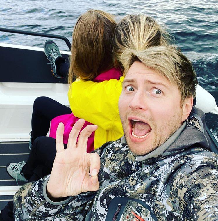 Николай Басков в катере с женщиной и ребенком