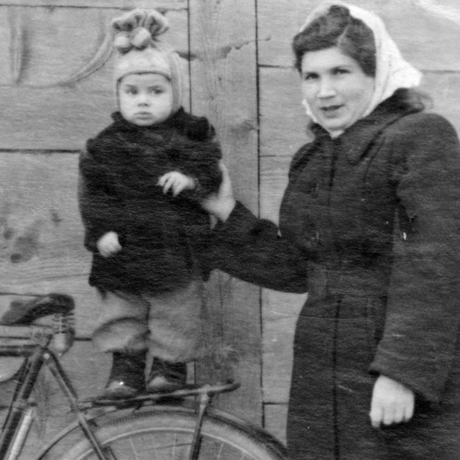 Еще совсем маленький Олег Газманов со своей мамой