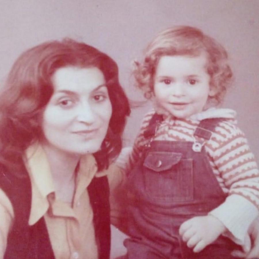 Исполнитель хита «Лондон-Париж» показал свое детское фото с мамой