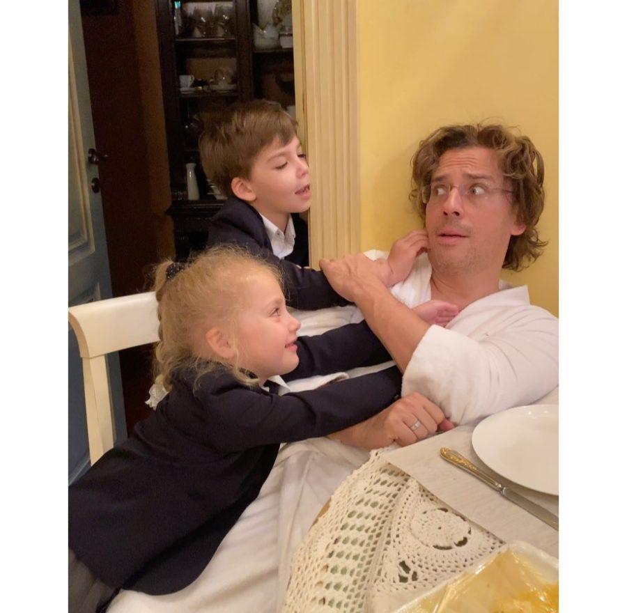 Максим Галкин показал, как играет с детьми утром перед школой