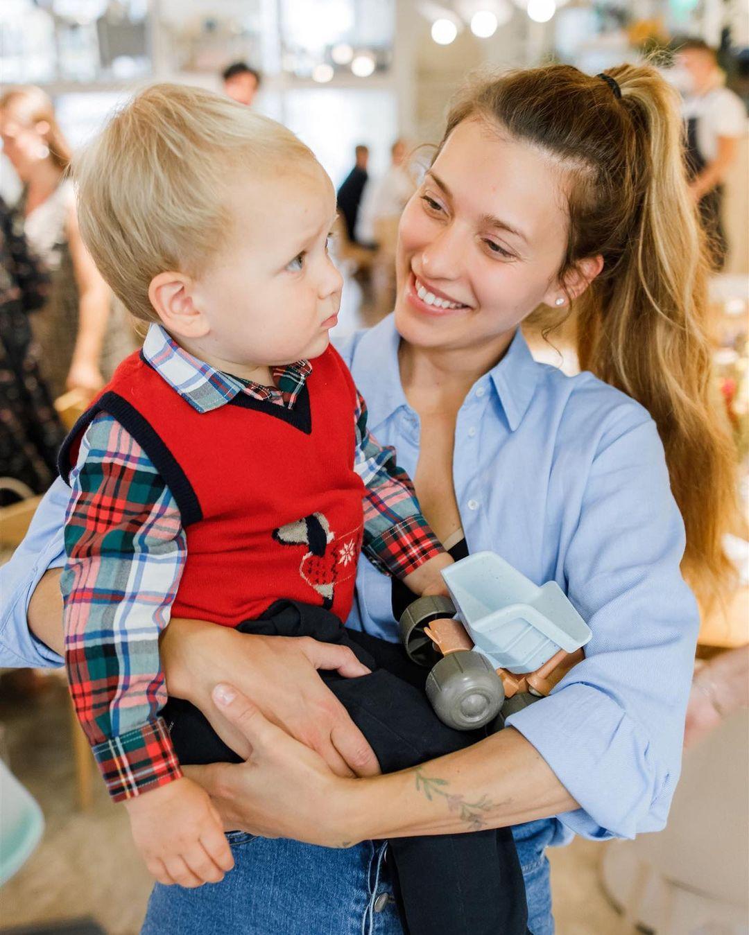 Регина Тодоренко показала, как ее маленький сын стоит на руках
