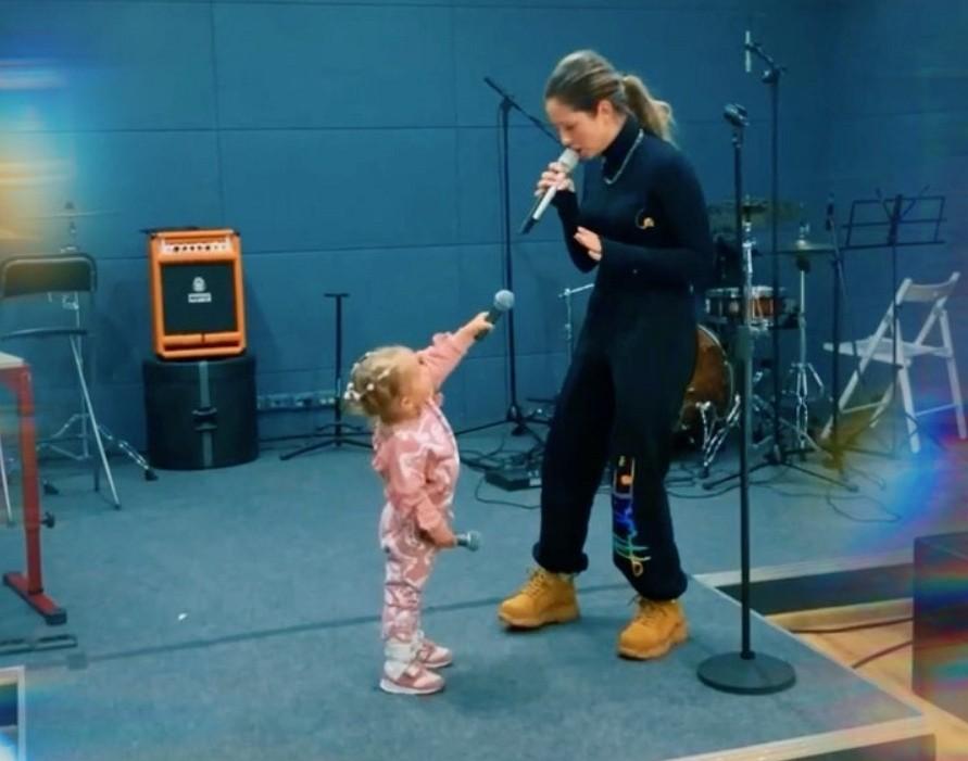 Нюша взяла на репетицию свою маленькую дочку Симбу