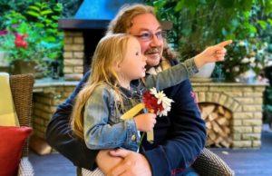 Игорь Николаев показал, как его дочка Вика катается на машинке с собачкой