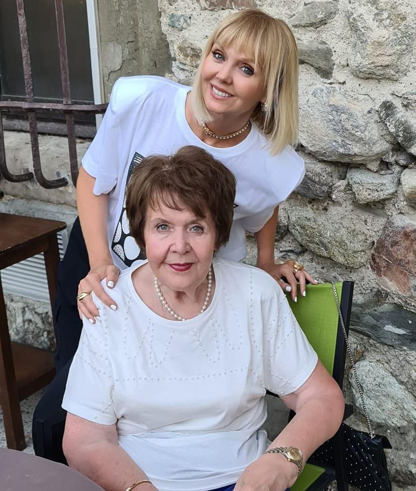 Певица Валерия показала свое детское фото с мамой
