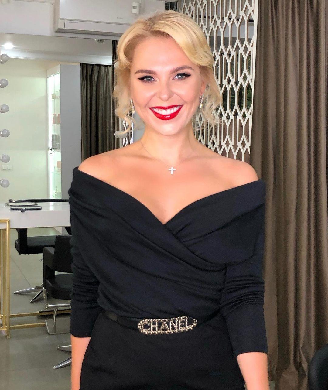 Лучезарная Пелагея показала образ в красивом черном платье