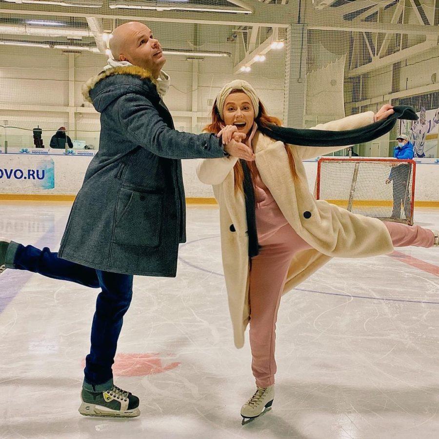 Певица Юлия Савичева с мужем впервые за 10 лет встали на коньки