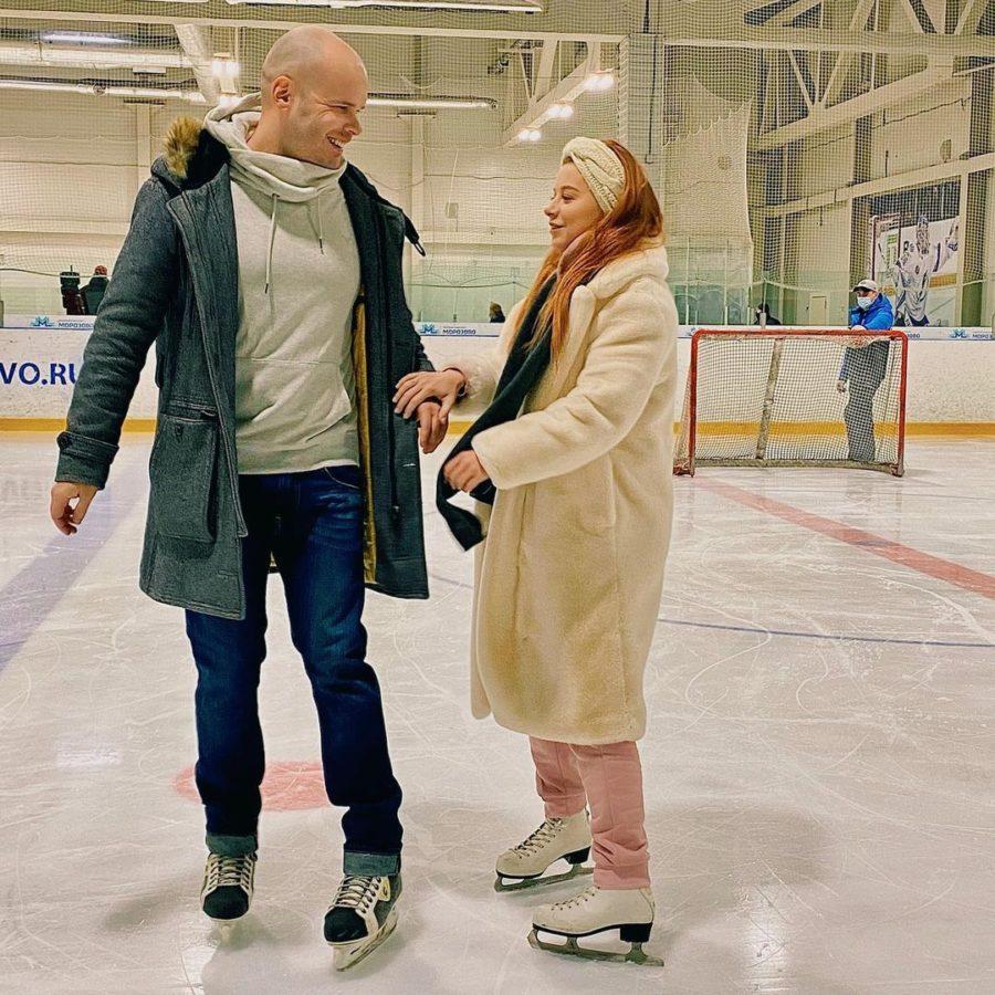 Юлия Савичева с мужем на катке