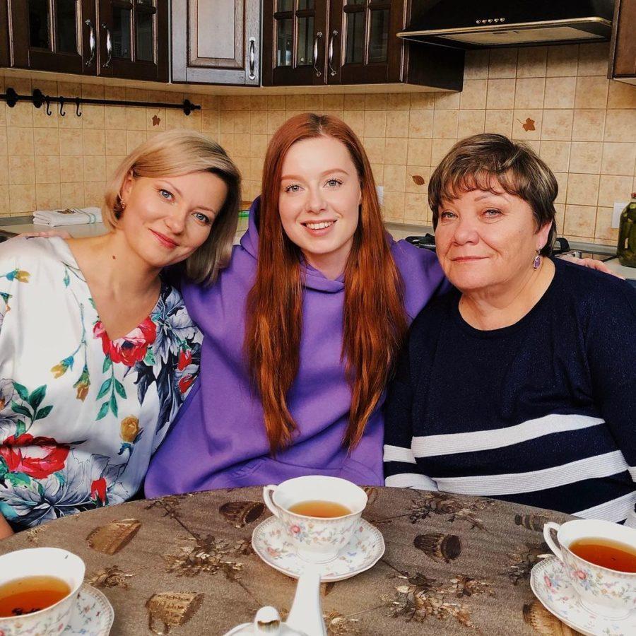 Юлия Савичева решила продолжить своих поклонников со своими родственниками. Недавно она показывала фото со своими родителями