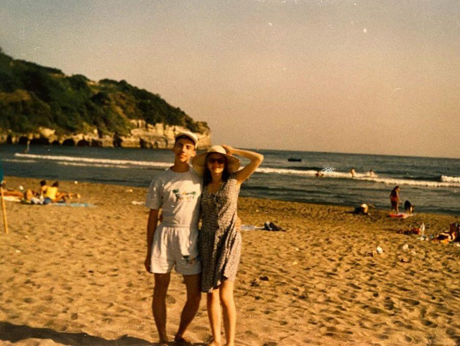Максим Галкин с какой-то девушкой у моря