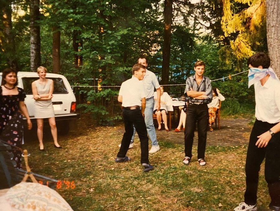 Максим Галкин с друзьями на даче играет в жмурки
