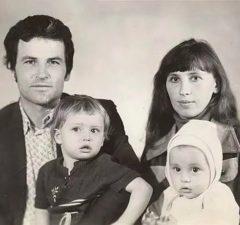 Дима Билан показал детское фото с родителями и старшей сестрой