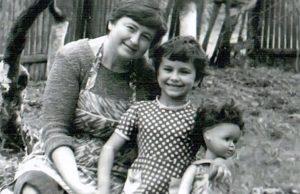 Ани Лорак показала детское фото со своей мамой Жанной