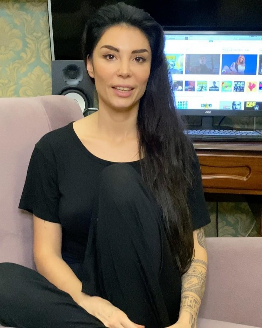 Автор песен и певица Baston выпустила песню «Черные очки»