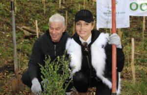 Олег Газманов с женой приняли участие в посадке самшитовой рощи