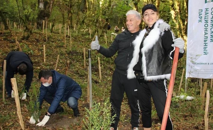 Олег Газманов с женой садя саженцы