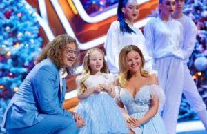 Игорь Николаев показал фото с новогодних съемок с женой и дочкой