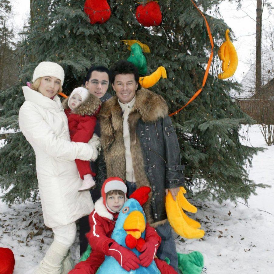 Олег Газманов показал новогодние фото с женой и детьми 15-летней давности
