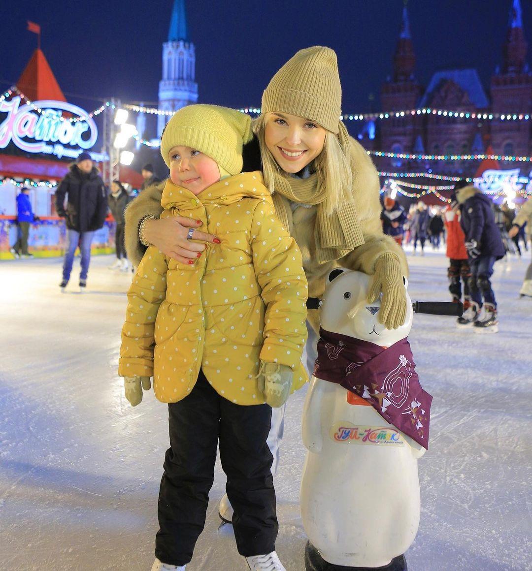 Пелагея с дочкой катаются на коньках